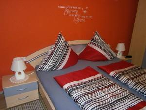 Schlafzimmer mit Doppelbett | Ferienwohnung Blick aufs Alte Rathaus am Europa-Park Rust