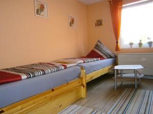 Schlafzimmer mit drei Einzelbetten | Ferienwohnung Blick aufs Alte Rathaus am Europa-Park Rust